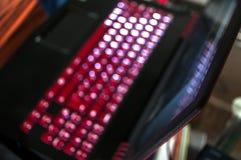 Ένα κόκκινος-μαύρο lap-top τυχερού παιχνιδιού Στοκ Εικόνες