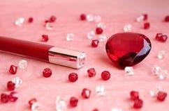 Ένα κόκκινο κραγιόν και ένα κόκκινο διαμάντι Στοκ Εικόνα