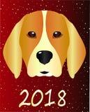 Ένα κόκκινο Λαμπραντόρ σε ένα χιονώδες υπόβαθρο είναι το έτος του σκυλιού Μια όμορφη ιδέα για μια αφίσα Στοκ Φωτογραφία