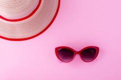 Ένα κόκκινο σημειωματάριο σε ένα ανοικτό ροζ υπόβαθρο στοκ εικόνες