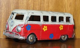 Ένα κόκκινο φορτηγό ή ένα λεωφορείο παιχνιδιών κασσίτερου που χρωματί στοκ φωτογραφίες
