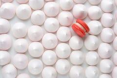 Ένα κόκκινο macaron μεταξύ της άσπρης κρέμας στοκ φωτογραφίες με δικαίωμα ελεύθερης χρήσης