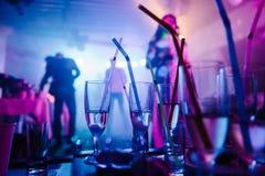 Ένα κόμμα σε ένα νυχτερινό κέντρο διασκέδασης, γυαλιά σαμπάνιας με τα άχυρα Στοκ φωτογραφία με δικαίωμα ελεύθερης χρήσης