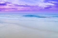 Ένα κύμα και ένας μπλε ουρανός θάλασσας Στοκ εικόνα με δικαίωμα ελεύθερης χρήσης