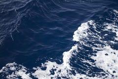 Ένα κύμα στο τροπικό μπλε νερό Στοκ φωτογραφία με δικαίωμα ελεύθερης χρήσης