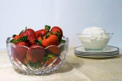 Ένα κύπελλο γυαλιού που γεμίζουν με τις φράουλες και ένα άλλο κύπελλο με το crea στοκ εικόνες με δικαίωμα ελεύθερης χρήσης