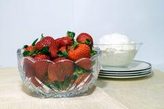 Ένα κύπελλο των φραουλών και της κτυπημένης κρέμας στοκ εικόνες