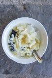 Ένα κύπελλο γλυκό tofu (TAU HU) με το κίτρινο κάλυμμα ζάχαρης πιπεροριζών Παραδοσιακά βιετναμέζικα/κινεζικά τρόφιμα Στοκ φωτογραφία με δικαίωμα ελεύθερης χρήσης