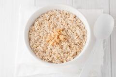 Ένα κύπελλο μαγειρευμένο oatmeal με την καφετιά ζάχαρη Στοκ Φωτογραφία