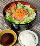 Ένα κύπελλο του βρασμένου ρυζιού με το σολομό και το λαχανικό Στοκ Φωτογραφίες