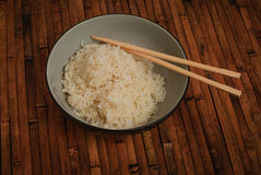 Ένα κύπελλο του μαγειρευμένου ρυζιού που εξυπηρετείται Στοκ φωτογραφία με δικαίωμα ελεύθερης χρήσης
