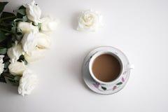 Ένα λευκό ανθίζει και caffee Στοκ φωτογραφία με δικαίωμα ελεύθερης χρήσης