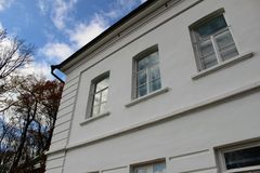 Ένα λευκό σαν το χιόνι σπίτι με μια πράσινη στέγη στο κτήμα της αρίθμησης Leo Tolstoy σε Yasnaya Polyana τον Οκτώβριο του 2017 Στοκ Φωτογραφία