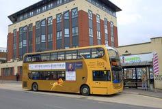 Ένα λεωφορείο ανάγνωσης σε μια στάση λεωφορείου σε Bracknell, Αγγλία Στοκ Φωτογραφίες