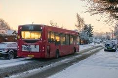 Ένα λεωφορείο του Λονδίνου σε έναν χιονώδη δρόμο στοκ εικόνες