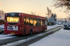 Ένα λεωφορείο του Λονδίνου σε έναν χιονώδη δρόμο στοκ φωτογραφία με δικαίωμα ελεύθερης χρήσης