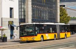 Ένα λεωφορείο PostAuto στο ST Gallen, Ελβετία στοκ φωτογραφίες με δικαίωμα ελεύθερης χρήσης