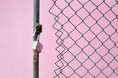 ένα λουκέτο και ένα κλειδί στη συνδεμένη με καλώδιο πύλη στοκ φωτογραφία με δικαίωμα ελεύθερης χρήσης