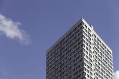 Ένα μέρος του σύγχρονου επιχειρησιακού κτηρίου ενάντια στο μπλε ουρανό Στοκ φωτογραφία με δικαίωμα ελεύθερης χρήσης