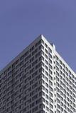 Ένα μέρος του σύγχρονου επιχειρησιακού κτηρίου ενάντια στο μπλε ουρανό Στοκ Εικόνες