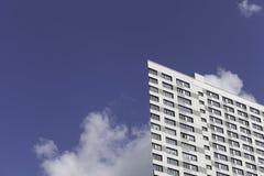 Ένα μέρος του σύγχρονου επιχειρησιακού κτηρίου ενάντια στο μπλε ουρανό Στοκ εικόνα με δικαίωμα ελεύθερης χρήσης