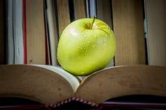 Ένα μήλο είναι σε ένα βιβλίο στοκ εικόνες με δικαίωμα ελεύθερης χρήσης