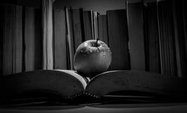Ένα μήλο είναι σε ένα βιβλίο στοκ φωτογραφία με δικαίωμα ελεύθερης χρήσης
