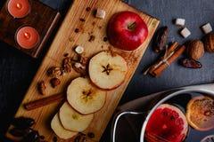 Ένα μήλο περικοπών με τις ημερομηνίες, καρύδια σε ένα ξύλινο dostichke επάνω από την όψη στοκ εικόνες με δικαίωμα ελεύθερης χρήσης