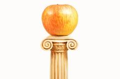 Ένα μήλο στο βάθρο Στοκ Εικόνες