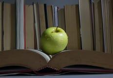 ένα μήλο στο βιβλίο δισεκατομμύριο στοκ φωτογραφίες