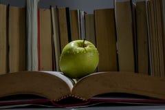 ένα μήλο στο βιβλίο στοκ φωτογραφία