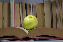ένα μήλο στο βιβλίο στοκ εικόνα με δικαίωμα ελεύθερης χρήσης