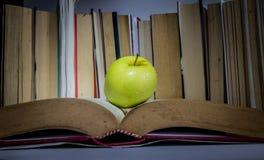 ένα μήλο στο βιβλίο στοκ φωτογραφίες με δικαίωμα ελεύθερης χρήσης