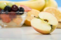 Ένα μήλο με άλλα φρούτα στο υπόβαθρο Στοκ Εικόνα