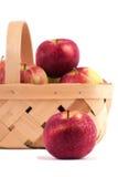 Ένα μήλο μπροστά από ένα σύνολο καλαθιών των μήλων Στοκ Εικόνα