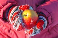 Ένα μήλο στα χέρια παιδιών Στοκ Εικόνες