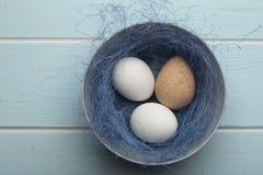 Ένα μίγμα και τα αυγά φραγκοκοτών σε ένα κύπελλο στοκ φωτογραφία