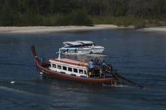 Ένα μακρύ ταξίδι βαρκών ουρών μέσω του φυσικού τοπίου στη Θάλασσα Ανταμάν στον τρόπο Phi Ko Phi από Kravy, Ταϊλάνδη είναι όμορφο στοκ φωτογραφία