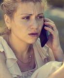 Ένα ματαιωμένο κορίτσι μιλά στο τηλέφωνο Στοκ εικόνες με δικαίωμα ελεύθερης χρήσης