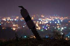 Ένα μαχαίρι μπροστά από μια πόλη στοκ φωτογραφία με δικαίωμα ελεύθερης χρήσης