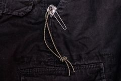 Ένα μαχαίρι στην τσέπη σας Μαχαίρι στην τσέπη παντελονιού στοκ φωτογραφία