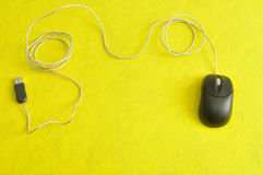 Ένα μαύρο ποντίκι υπολογιστών Στοκ εικόνες με δικαίωμα ελεύθερης χρήσης