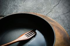 Ένα μαύρο τηγανίζοντας τηγάνι χυτοσιδήρων για το μαγείρεμα των τροφίμων λαχανικό καρυκευμάτων π&epsi Στοκ εικόνες με δικαίωμα ελεύθερης χρήσης