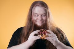 Ένα μεγάλο άτομο και ένα μεγάλο γλυκό κέικ στοκ φωτογραφία με δικαίωμα ελεύθερης χρήσης