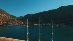 Ένα μεγάλο γιοτ στέκεται στην αποβάθρα στον κόλπο Kotor, Μαυροβούνιο Εναέριο μήκος σε πόδηα απόθεμα βίντεο
