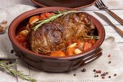 Ένα μεγάλο κομμάτι του κρέατος που ψήνεται με τα λαχανικά στοκ εικόνα με δικαίωμα ελεύθερης χρήσης