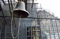 Ένα μεγάλο κουδούνι μετάλλων σιδήρου σε μια εκκλησία εκκλησιών είναι παλαιός αρχαίος θρησκευτικός Χριστιανός στοκ εικόνες