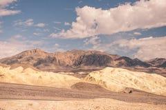Ένα μεγάλο μπάλωμα των σύννεφων κρεμά πέρα από την έρημο της κοιλάδας θανάτου Στοκ Εικόνες