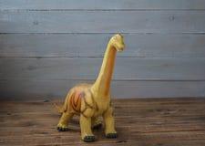 Ένα μεγάλο παιχνίδι των παιδιών δεινοσαύρων σε ένα ξύλινο υπόβαθρο στοκ εικόνες