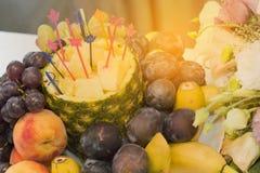 Ένα μεγάλο πιάτο σε ένα φεστιβάλ διακοπών των τροφίμων Τελετή των φρούτων, υγιής τρόπος ζωής στοκ φωτογραφία με δικαίωμα ελεύθερης χρήσης